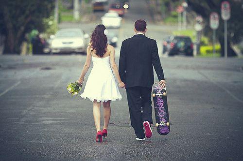 De jeunes mariés qui ont opté pour le skate-board !!