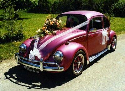 Une magnifique voiture de collection décorée avec soin
