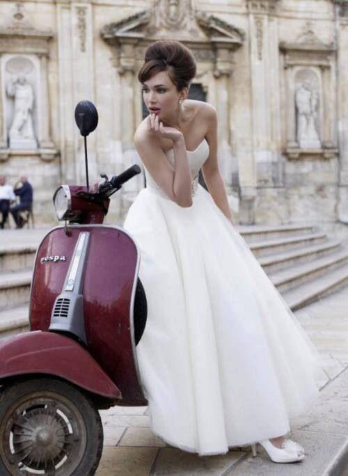 Une mariée pensive sur un scooter