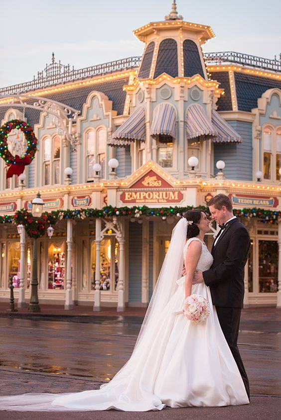 Couple de mariés devant l'Emporum de Dineyland
