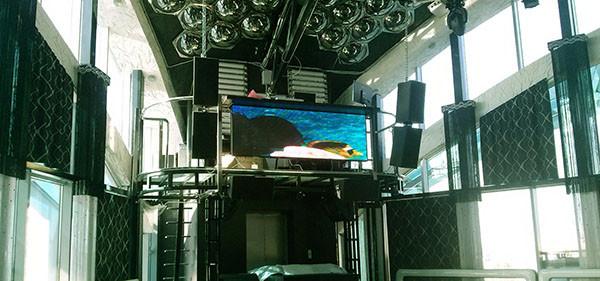 светодиодные экраны внутри торгового центра