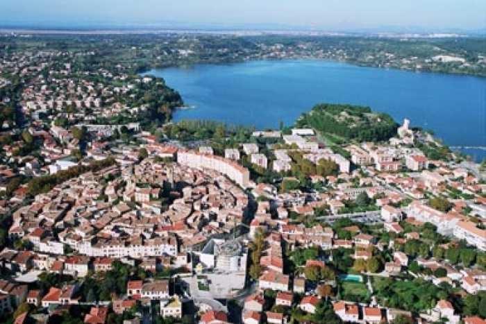 Centre-ville et étang de l'Olivier