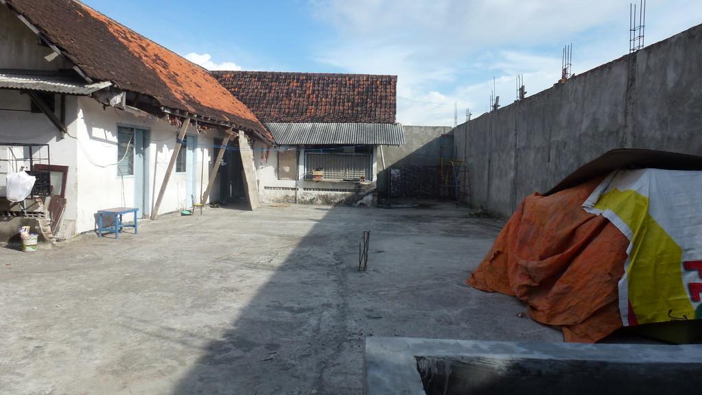 Die Dachterrasse. Links sieht man das Haus des Pastors. Noch in diesem Jahr hoffen sie weiterbauen zu können. Es soll hier ein Gemeindesaal entstehen. Der Pastor wird dann in ein Gebäude nebenan ziehen.