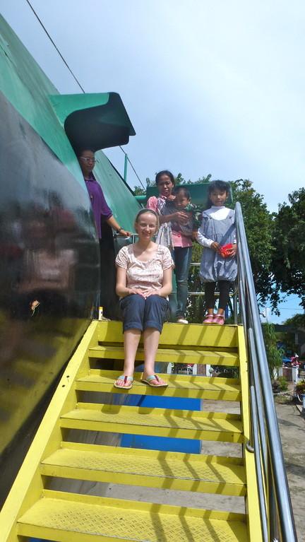 """Am Submarine-Monument. Auch dieser Ausflug war ein Wunsch der Familie. Man muss dieses U-Boot wohl gesehen haben, wenn man in Surabaya ist. Anschließend gab es noch einen """"Werbefilm"""" für die"""