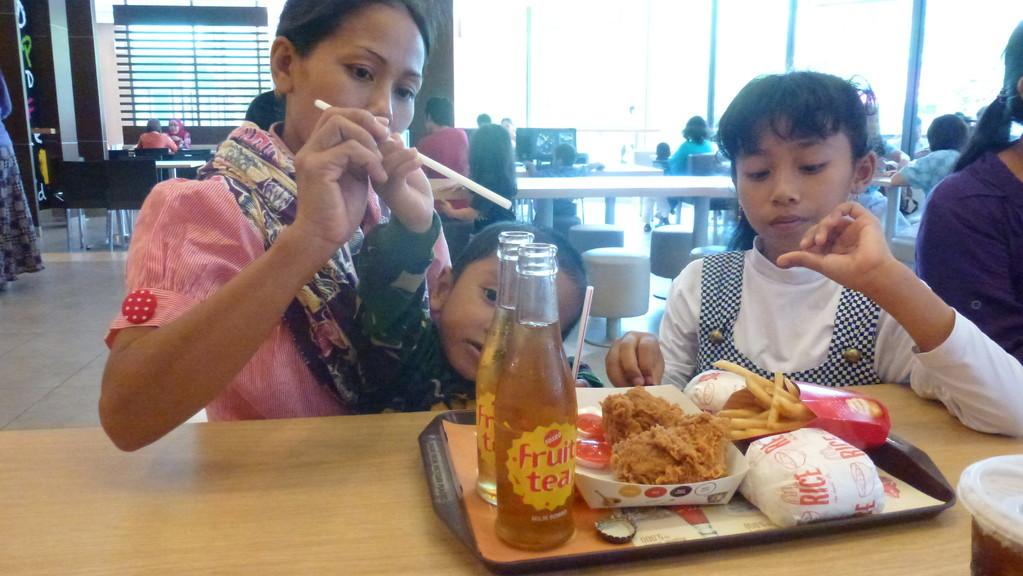 Bei Mc Donalds - auf Wunsch von Riris. Es war das erste mal in ihrem Leben, dass sie dort gegegessen hat.
