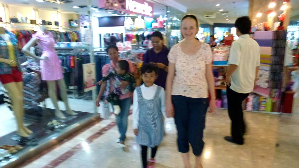 In der Mall. Arm und reich liegen unglaublich nah beieinander und es war absurd Jugendliche shoppen zu sehen, während das verdiente Geld kaum ausreicht um Riris Familie zu ernähren.