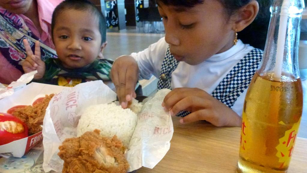 Wie uns erklärt wurde ist ein Essen ohne Reis kein wirkliches Essen. Da hat sich auch McDonalds angepasst.