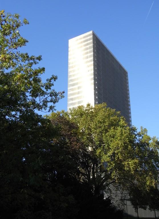 Im Abriss befindliches Bayerhochhaus