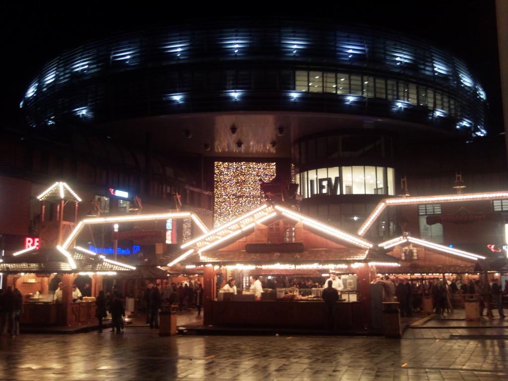 Der Weihnachtsmarkt vor dem Rathaus