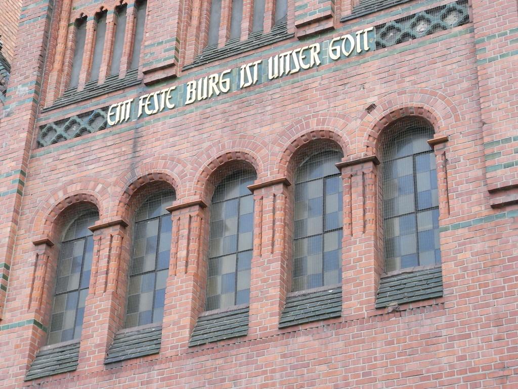 """Inschrift der Christuskirche """"Ein feste Burg ist unser Gott"""""""