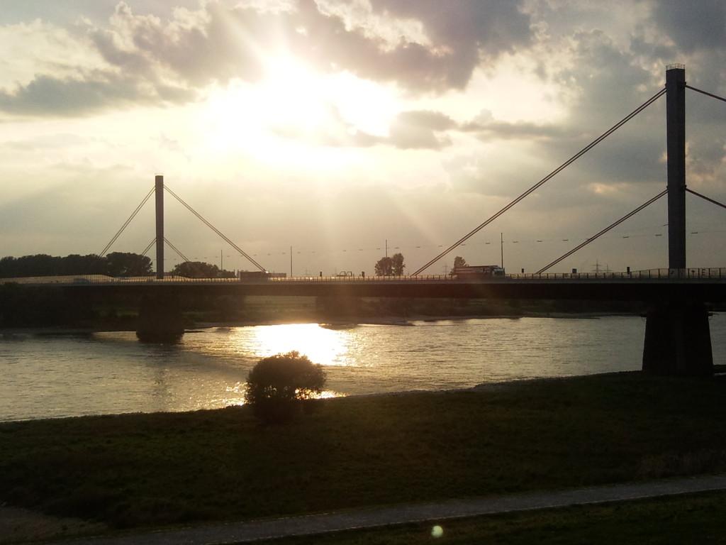 Sonnenuntergang über der Autobahn A1, einer von drei Autobahnen durch Leverkusen