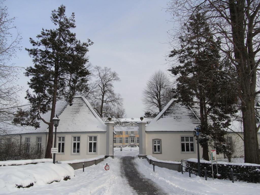 Eingang zum Schloss Morsbroich im Winter