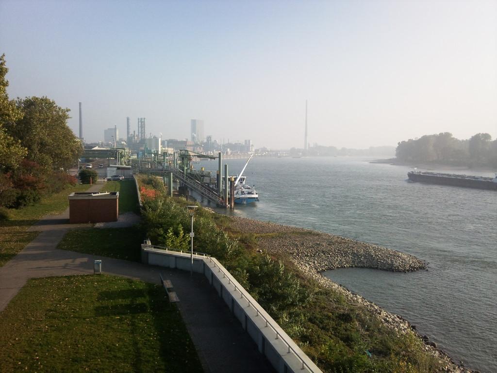 Rheinpromenade mit Firma Bayer im Hintergrund