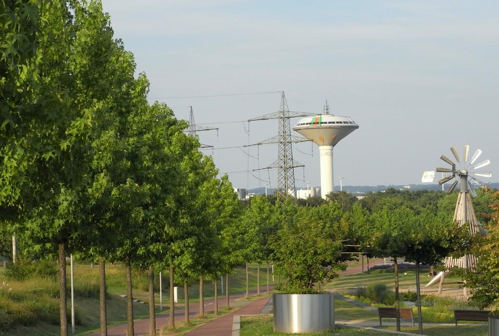 Blick auf das Wahrzeichen, den Wasserturm in Lev-Bürrig