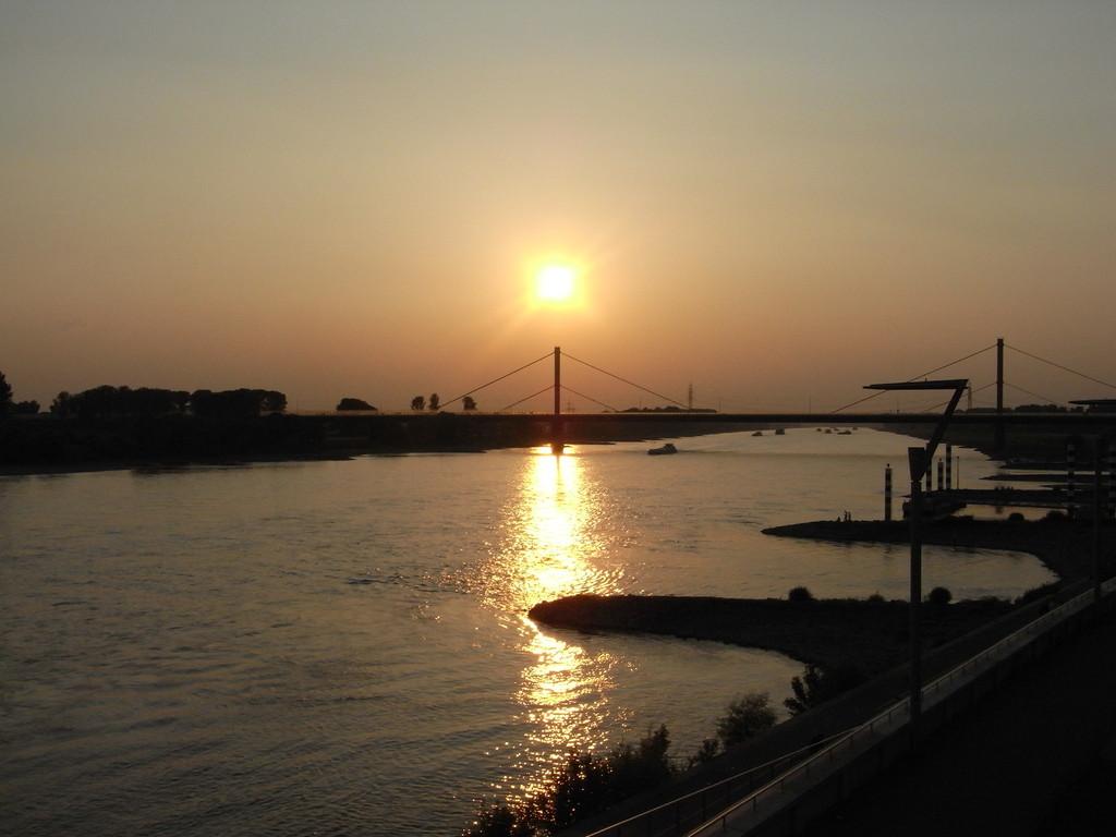 Der Rhein als einer von drei Flüssen, die durch Leverkusen fließen