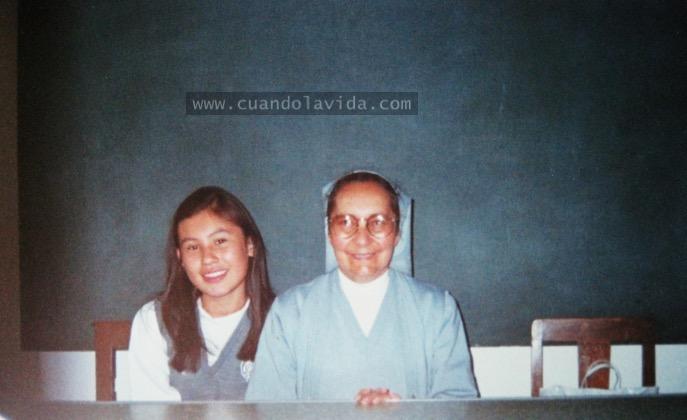 Sor Gilma Solórzano. Te mando desde la tierra mi agradecimiento por ayudarme a madurar y ser mejor. Gracias por enseñarme bisutería. 2002