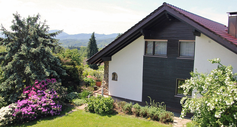 Haus Panoramablick mit Blick in den Schwarzwald, Rhodendronblüte