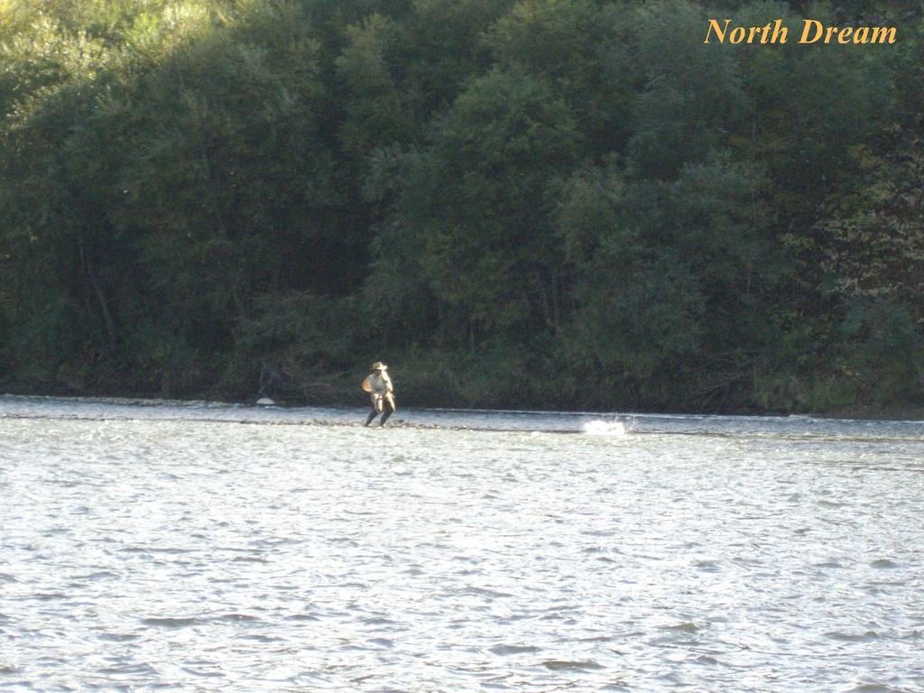 ニジマス 57㎝ 水面が炸裂! 一瞬のシャッターチャンスを逃さない仮面さんの撮影技術に脱帽