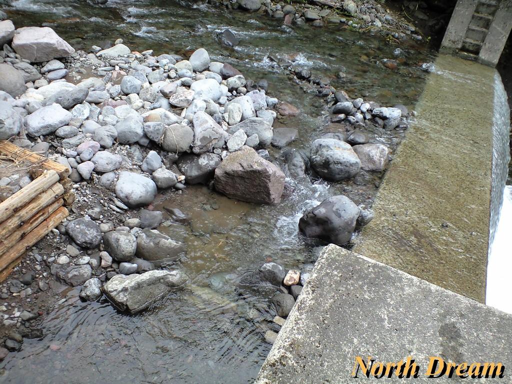 魚道2 増水で流れが変わり魚道側へ水が来なくなっていた為、水道を作った