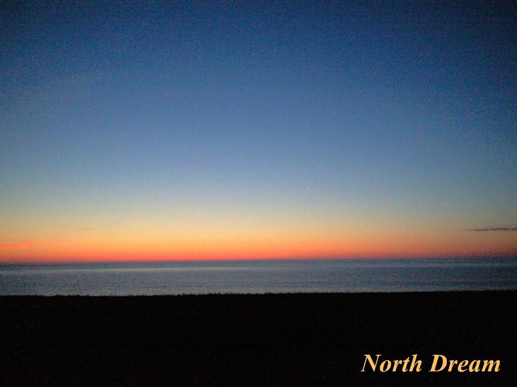 オホーツク海の日の出前