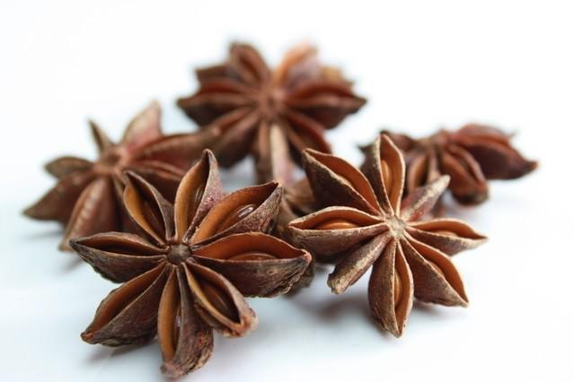 大茴香:スターアニスや八角の名で知られるこの香辛料は、肝・腎・脾・胃に有効で体を温める作用も
