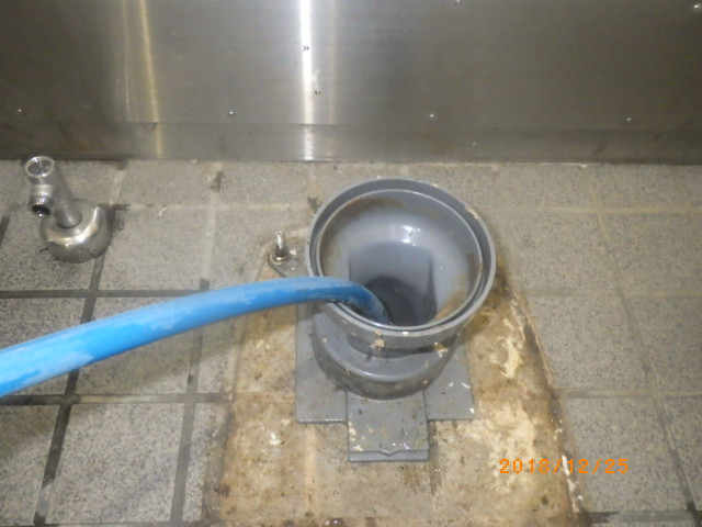 トイレ脱着後に配管の高圧洗浄実施