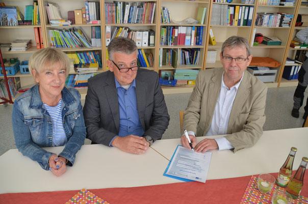 Die Vertragsunterzeichnung: Frau Steffi Klör (pädagogische Koordinatorin), Herr Alfred Licharz, Herr Bertholdt Becker (ehemaliger Schulleiter)