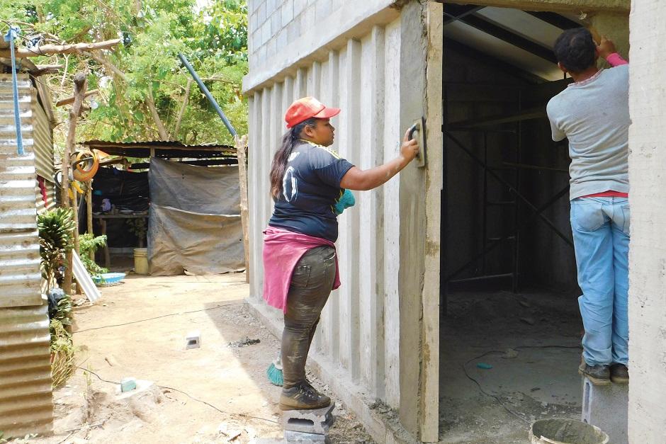 Konzentriert bei der Arbeit: Arlen Junieth Davila Lopez beim Verputzen einer Hauswand.
