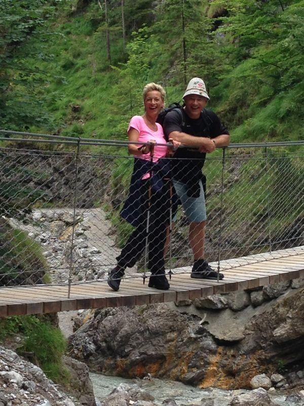 Der Berggott mit seiner Berghexe auf einer der Hängebrücken in der Klamm