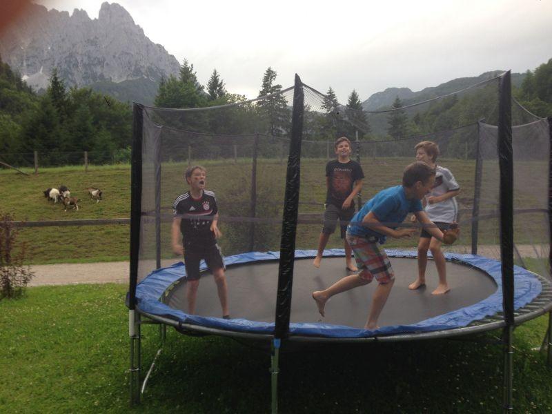 Marius, Sorry, Julian und Simon auf dem Trampolin
