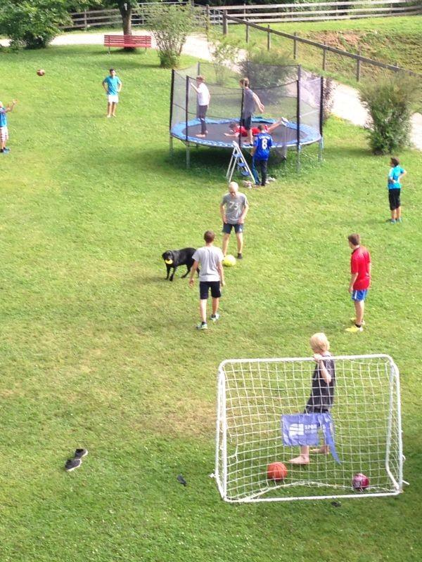 Die Jungs vor dem Gasthof Altmühle beim Fußball und im Trampolin