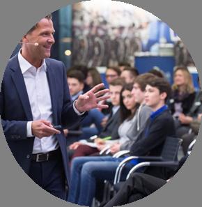 Karriereführerschein: Präsentieren Sie sich als ein Arbeitgeber, der seinen jungen Angestellten etwas Besonderes bietet und  auf Augenhöhe mit ihnen kommuniziert.