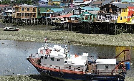 Holzkirche und Stelzenhäuser in Castro Chiloé
