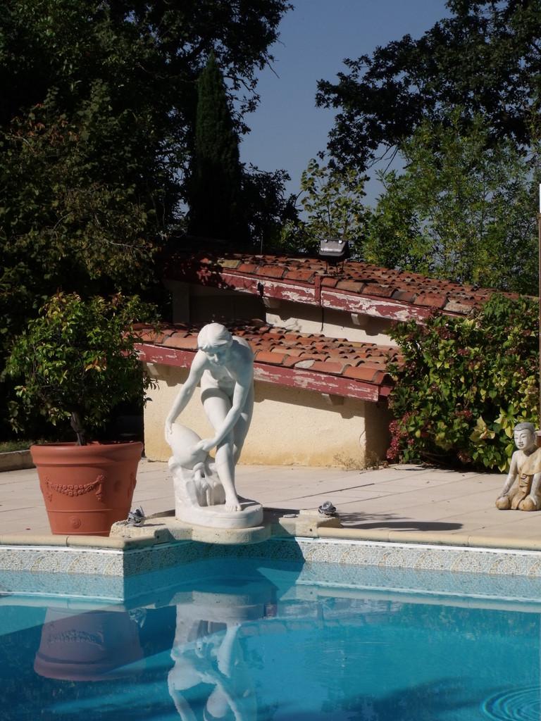 Fontaine marbre piscine vue 2