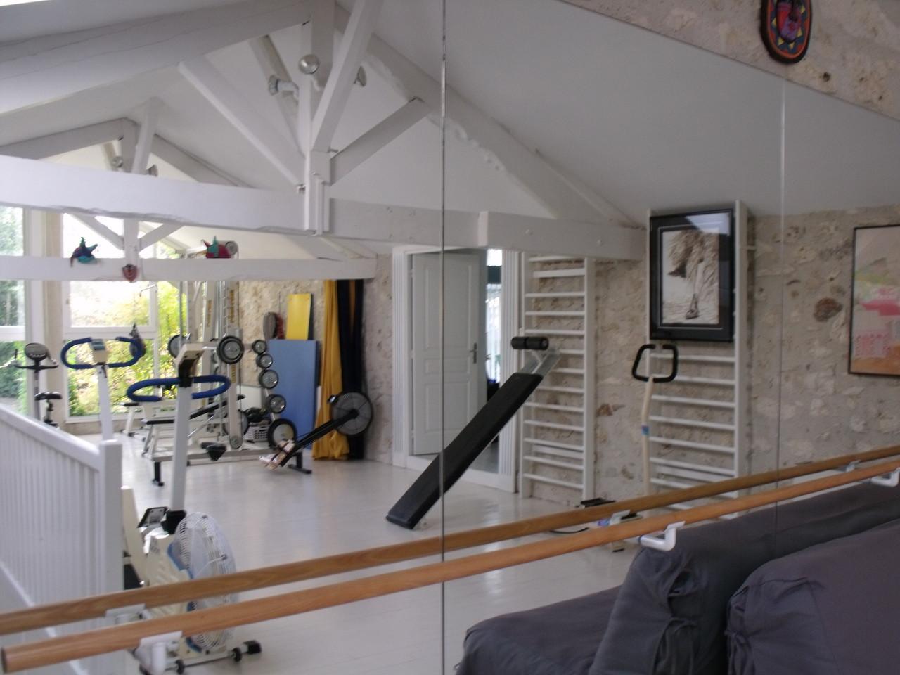Miroir avec barre de gym, sur toute la largeur de la salle de sport