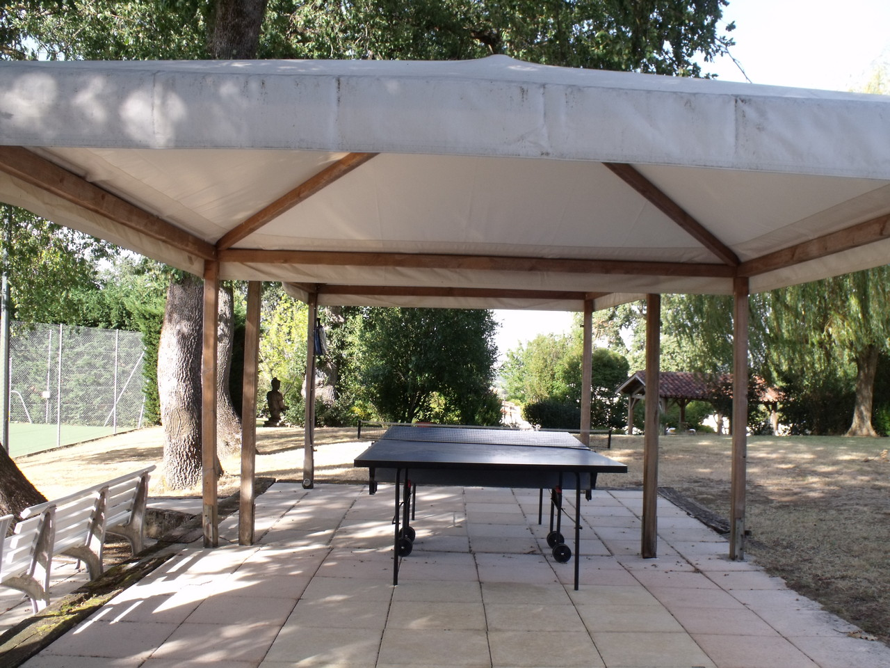 Table de ping-pong sous auvent