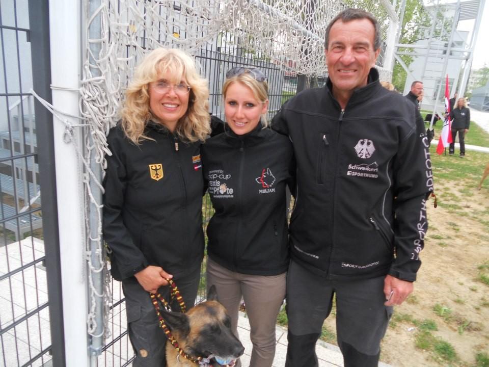 """Petra Sporrer mit ihrem Hund """"Erec von der schönen Ecke"""", Theo Sporrer und ich"""