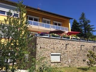 Sommerlicher Blick auf unsere Terrasse