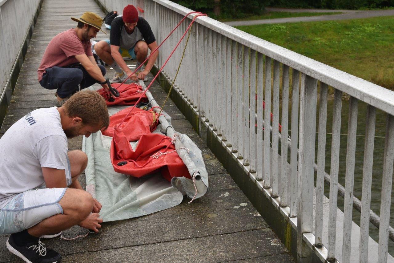 Vorbereiten des Segels, bevor es ins Wasser geworfen wird