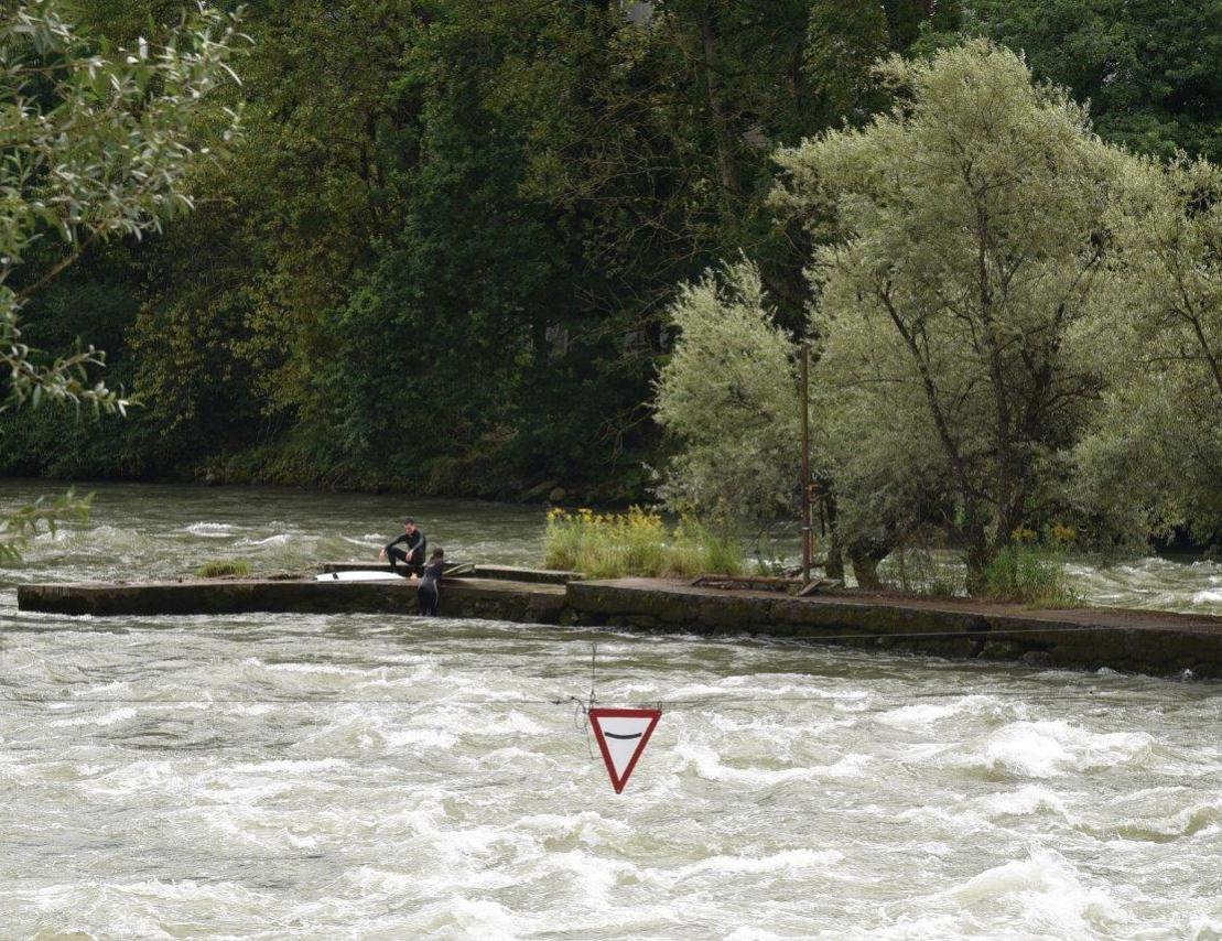 Schild, welches das Becken hinter der Welle markiert
