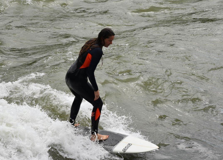 Nun mit aufgerichtetem Oberkörper und leicht gebeugten Knien, surfen