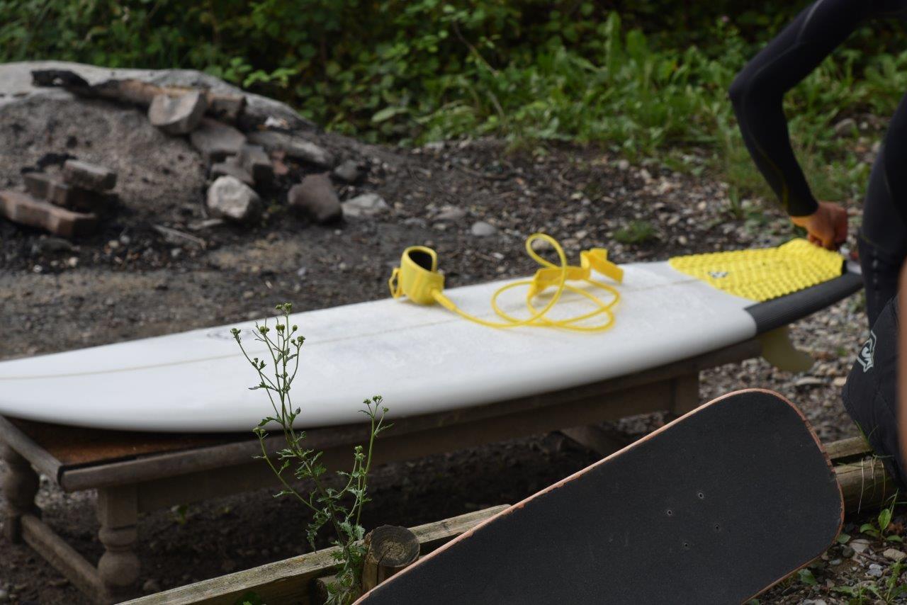 Ein Surfer macht sein neues Shortboard bereit, um zu surfen