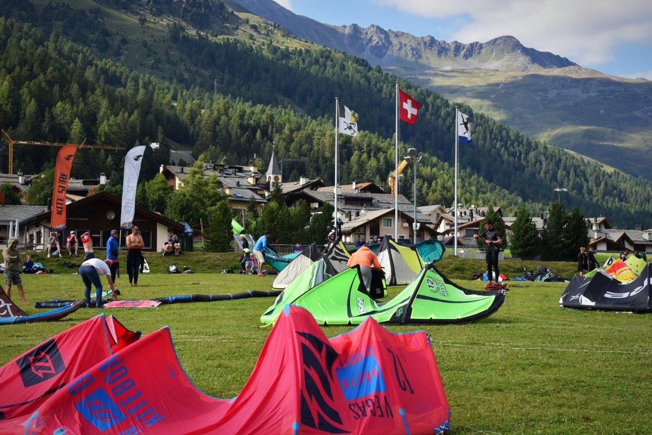 Einige Kites liegen auf dem Kite Startplatz in Silvaplana