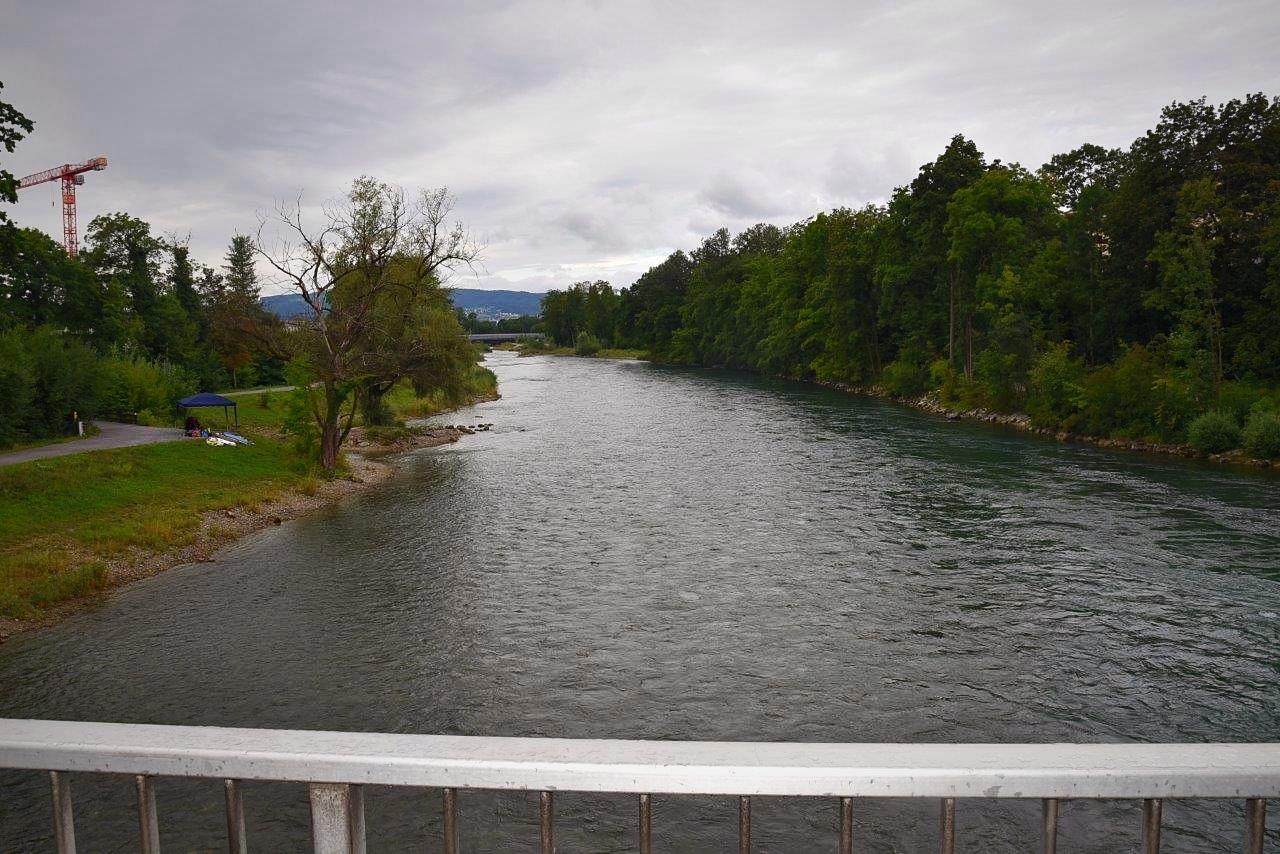 Dies ist die Aussicht von der Brücke, unterhalb der Werdinsel, an welcher die Konstruktion angebracht ist