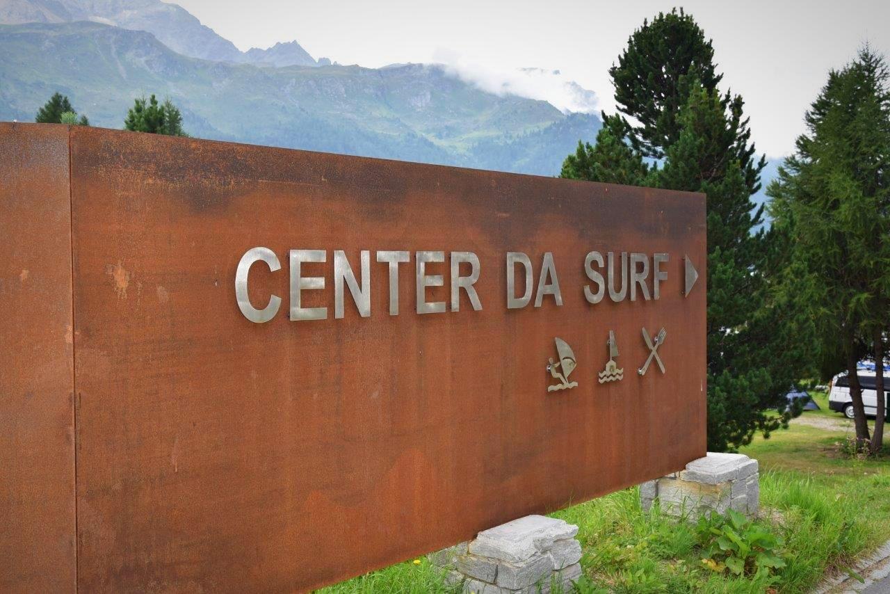 Ein Wegweiser zeigt den Standort des Kitesurf- und Windsurfcenters an