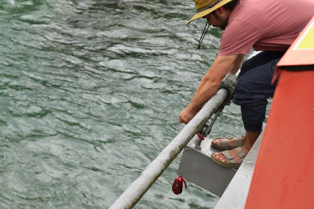 Eine Umlenkrolle wird an der Brücke angemacht