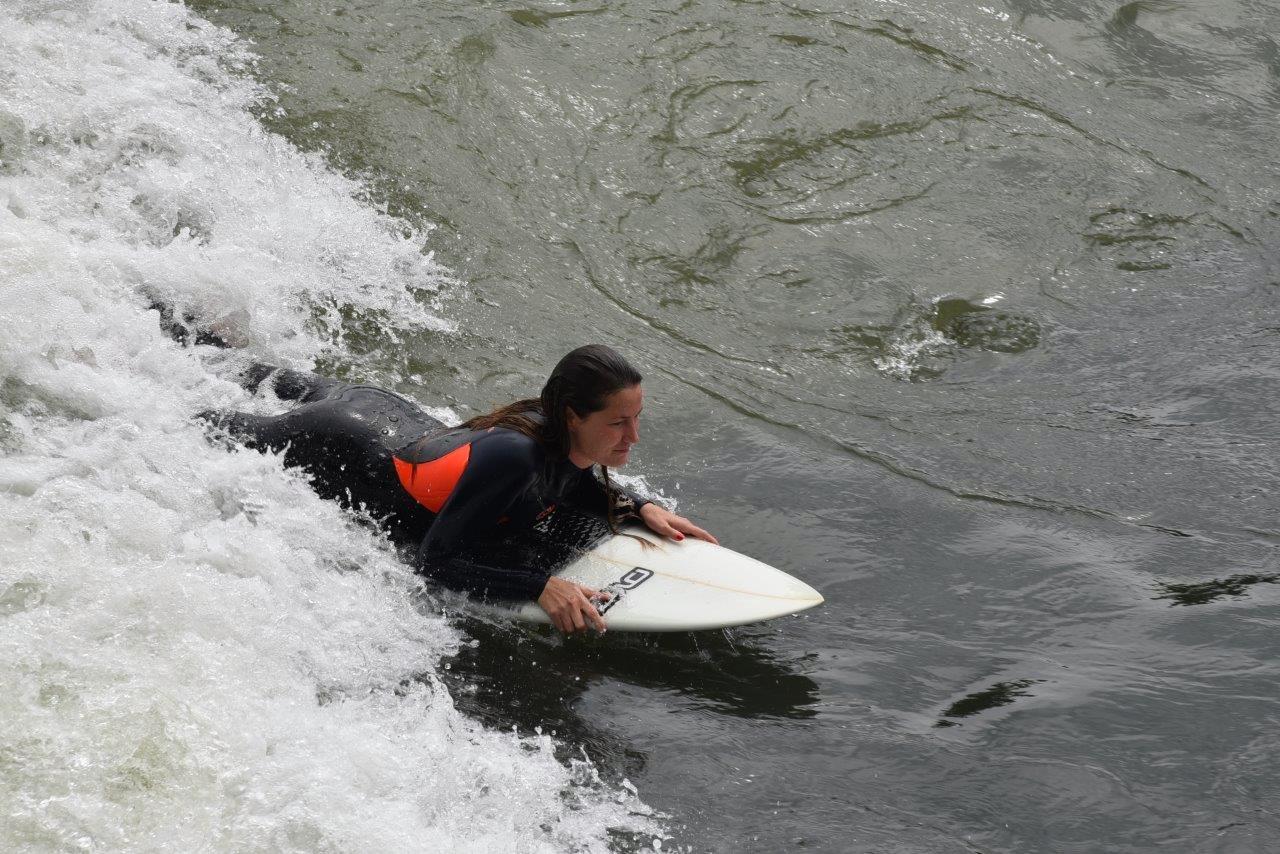 Wenn nötig noch ein wenig paddeln, damit einem die Welle nicht entwischt