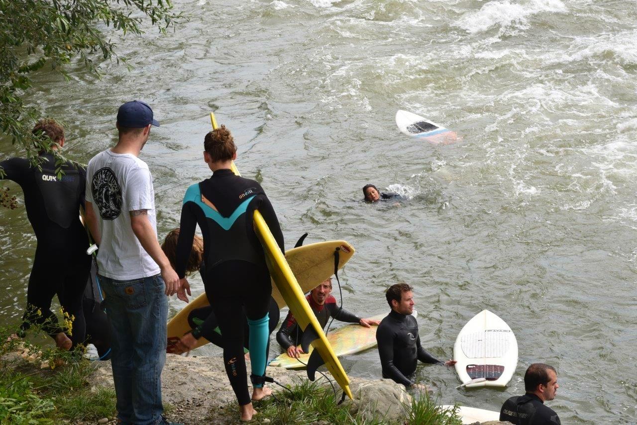 Viele Surfer wollen die Welle surfen