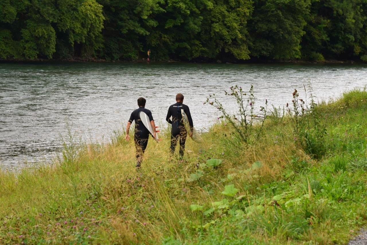 Während sich die zwei Teamkollegen schon einmal ins Wasser begeben...