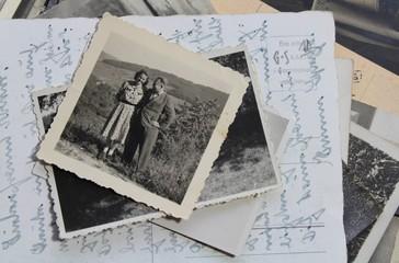 Fotos, aber auch Briefe oder Briefmarken, müssen trocken und kühl gelagert werden.